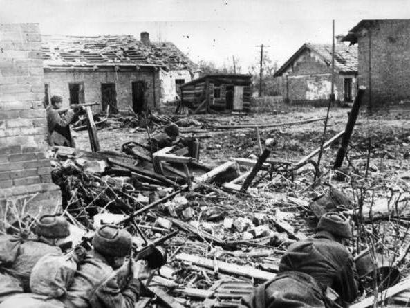 Советские солдаты ведут бои на подступах к Сталинграду. Лето 1942 года