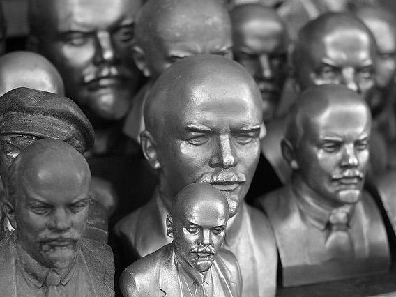 Сила второй реальности: коммунистические мифы и репрезентации демократии