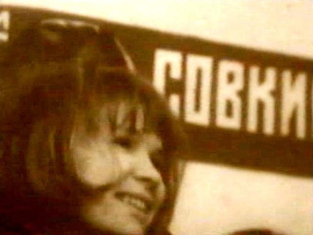 Растраченное поколение. В одной из сцен в «Хрониках» камера фокусируется на плакате, обрезая его таким образом, что в течение нескольких секунд зритель видит над головами людей только слово «Совки». Вся надпись целиком («Совкино», сокращение от «Советское кино») будет ненадолго показана лишь намного позднее. Кадр из «Частных хроник».