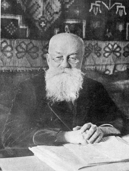 М.С. Грушевский в своем кабинете (конец 1920-х годов)
