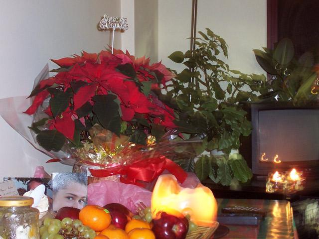Рождественский стол с фотографией дочери и цветами