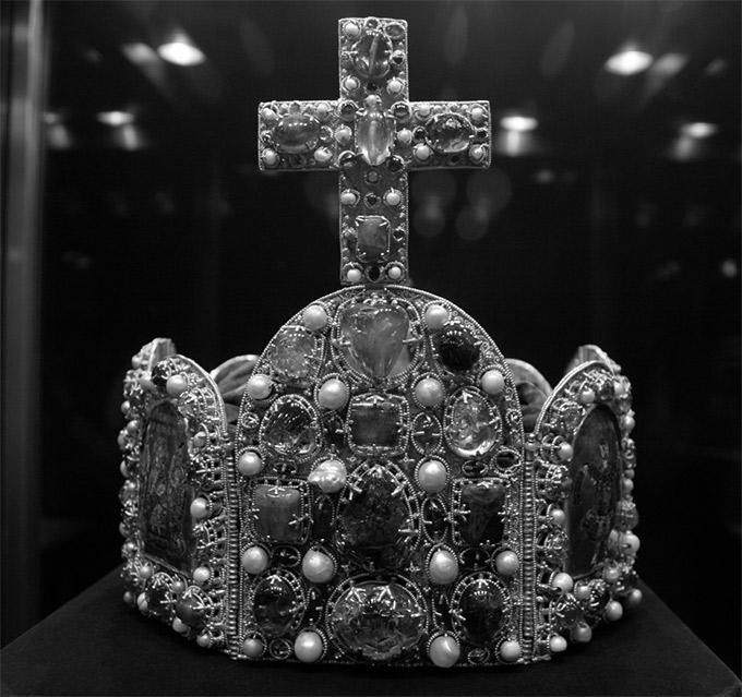 Илл. 29. Корона Священной Римской империи. X–XI вв. Вена, Хофбург
