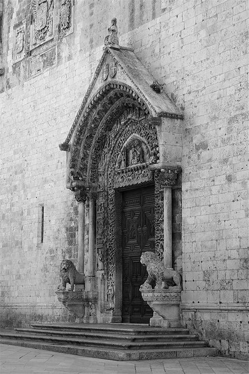 Илл. 36. Лев. Портал собора гор. Альтамура. Апулия. 1-я пол. XIII в.