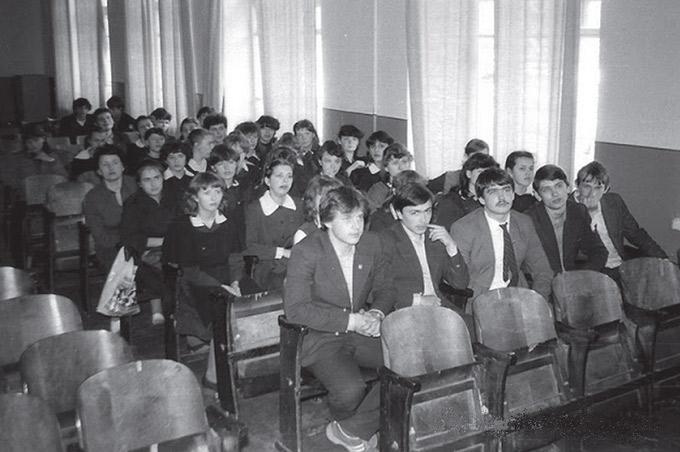 Рис. 7. Комсомольское собрание в актовом зале школы, 1983 г. Из личной коллекции Сергея Лахно