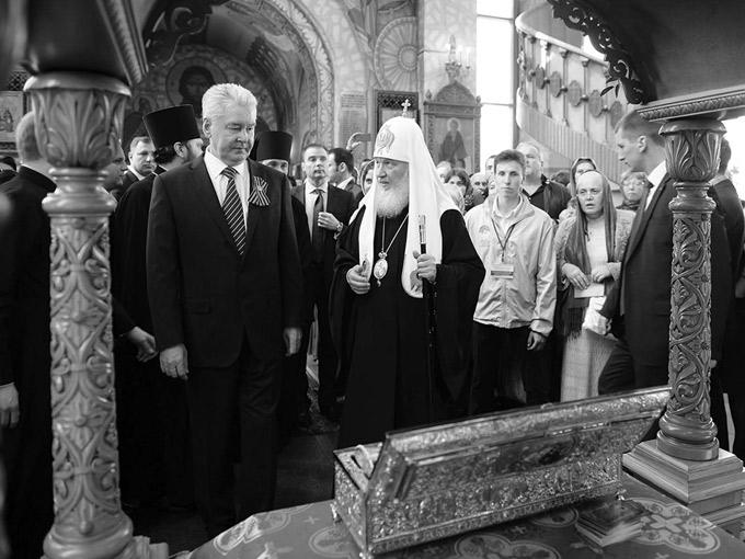 Патриарх и мэр Москвы Сергей Собянин у десницы св. Георгия 6 мая 2015 года