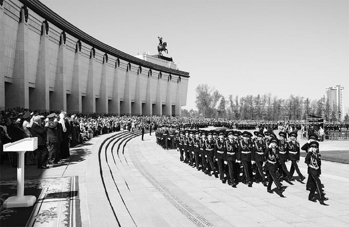 На параде «Не прервётся связь поколений» кадеты Москвы строем прошли перед патриархом