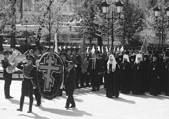 Возложение венка к могиле Неизвестного солдата патриархом Кириллом